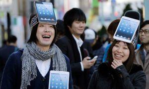 apple-fans-queue-for-the-009